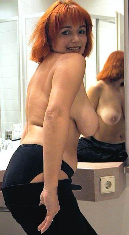 mollige Frau mit großen Brüsten